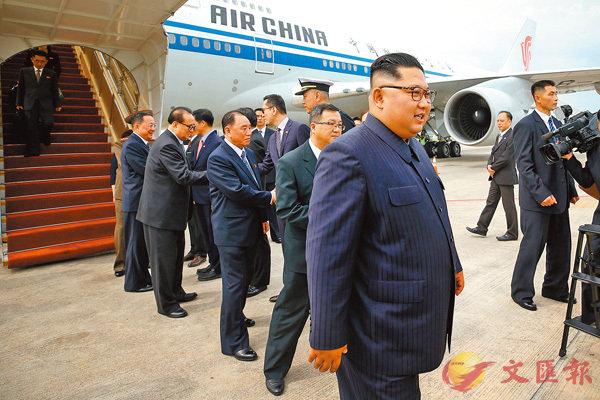 金正恩昨午率先抵達新加坡,獲星官員迎接。 法新社