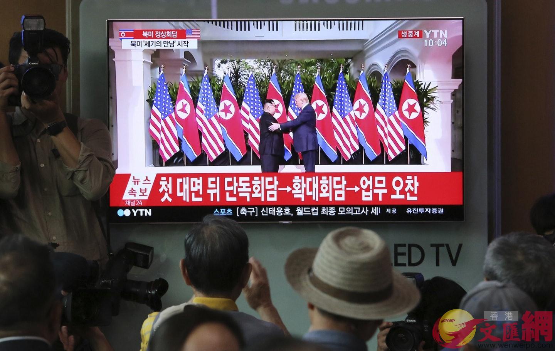 韓國民眾於首爾火車站觀看電視直播。美聯社