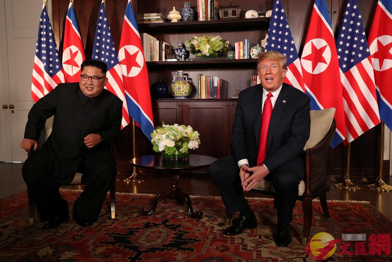 特朗普(右)和金正恩(左)12日在峰會現場接受美朝記者提問。美聯社