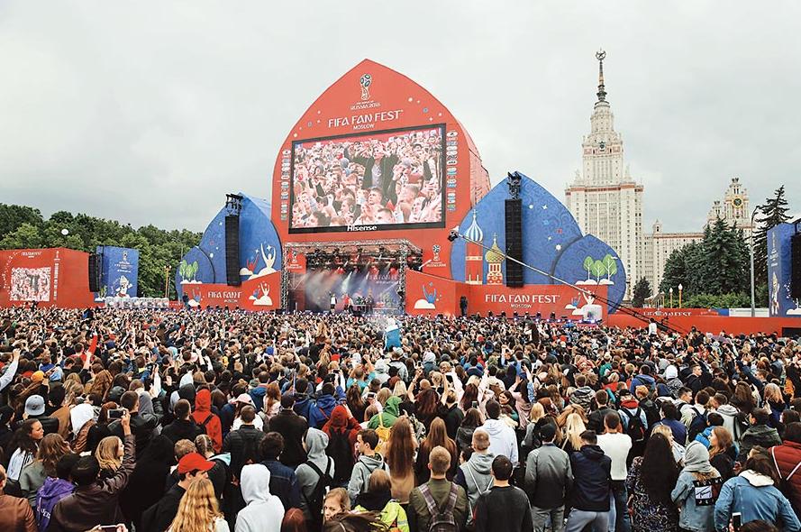 球迷綜合觀賽區除可觀看所有賽事外,在比賽以外的時間更為球迷提供各項表演。(法新社)