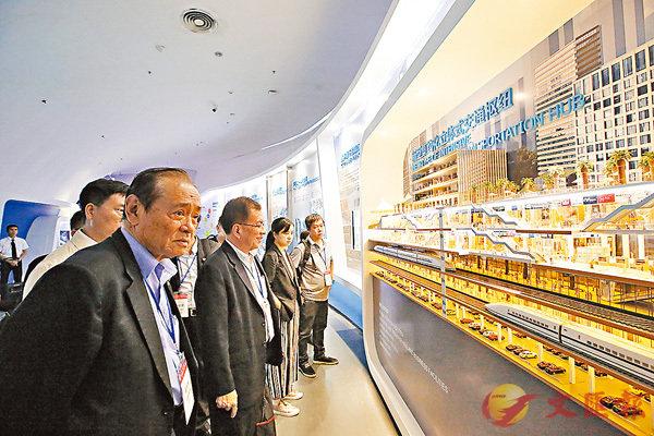 ■考察團參觀前海展示館。香港文匯報記者曾慶威 攝