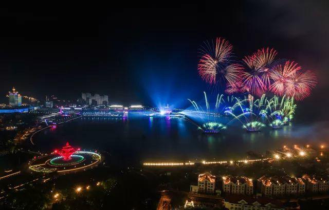 這是青島舉行的《有朋自遠方來》燈光焰火藝術表演(6月9日攝)。