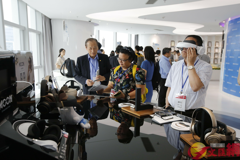 參觀柔宇 攝影記者 曾慶威