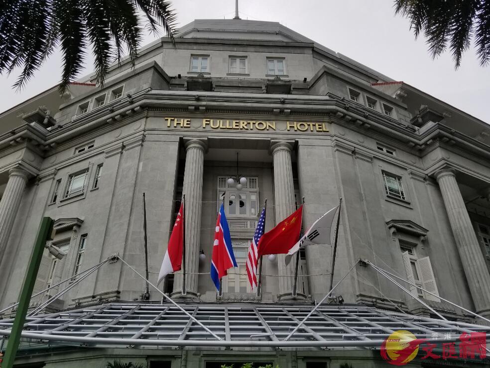 富麗敦酒店正門上方掛起了美國、朝鮮、中國和韓國的國旗