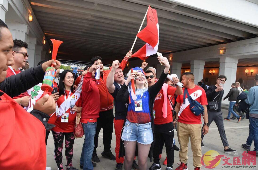 俄羅斯女球迷與秘魯球迷打成一片