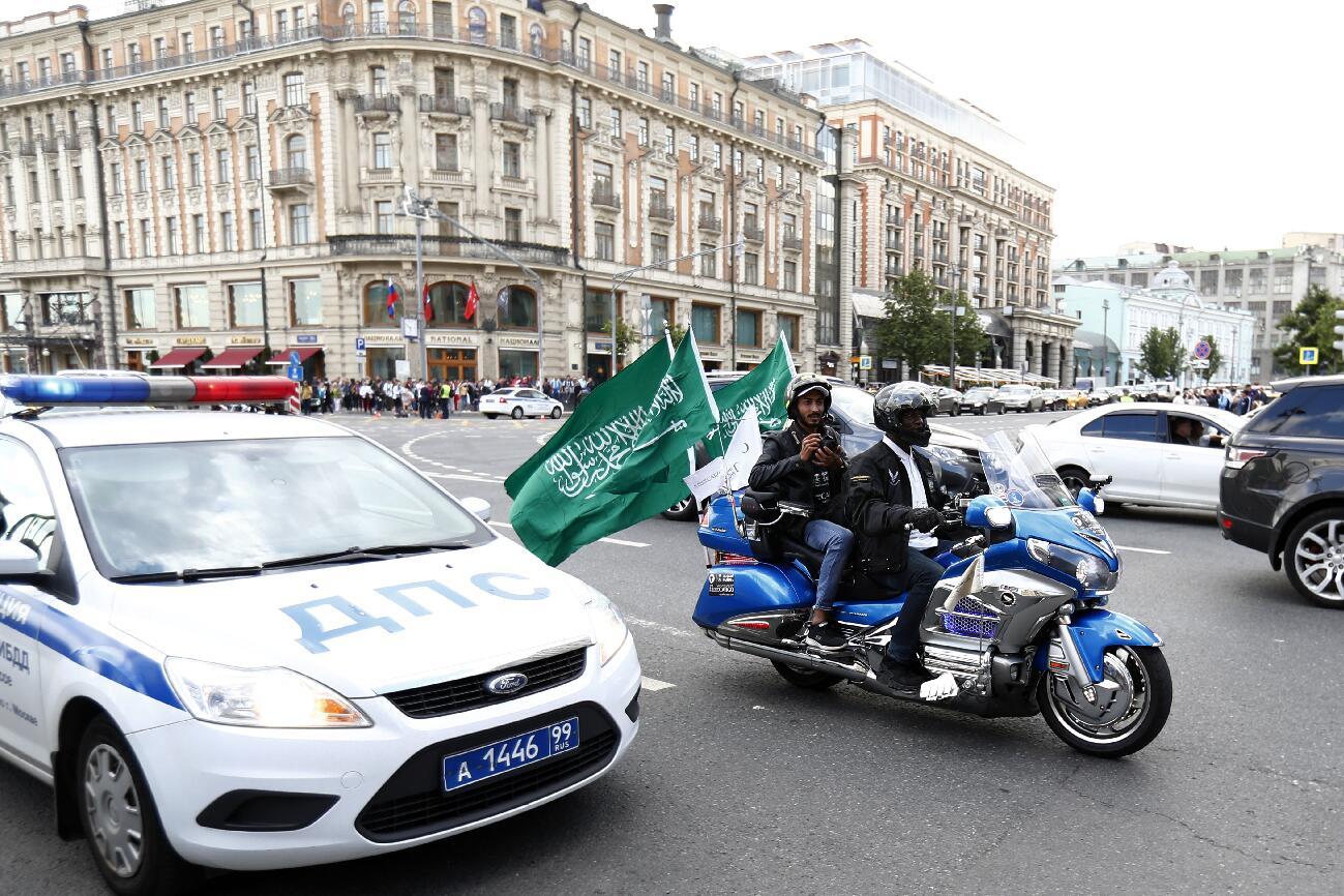 球迷駕駛掛著沙特國旗的摩托車