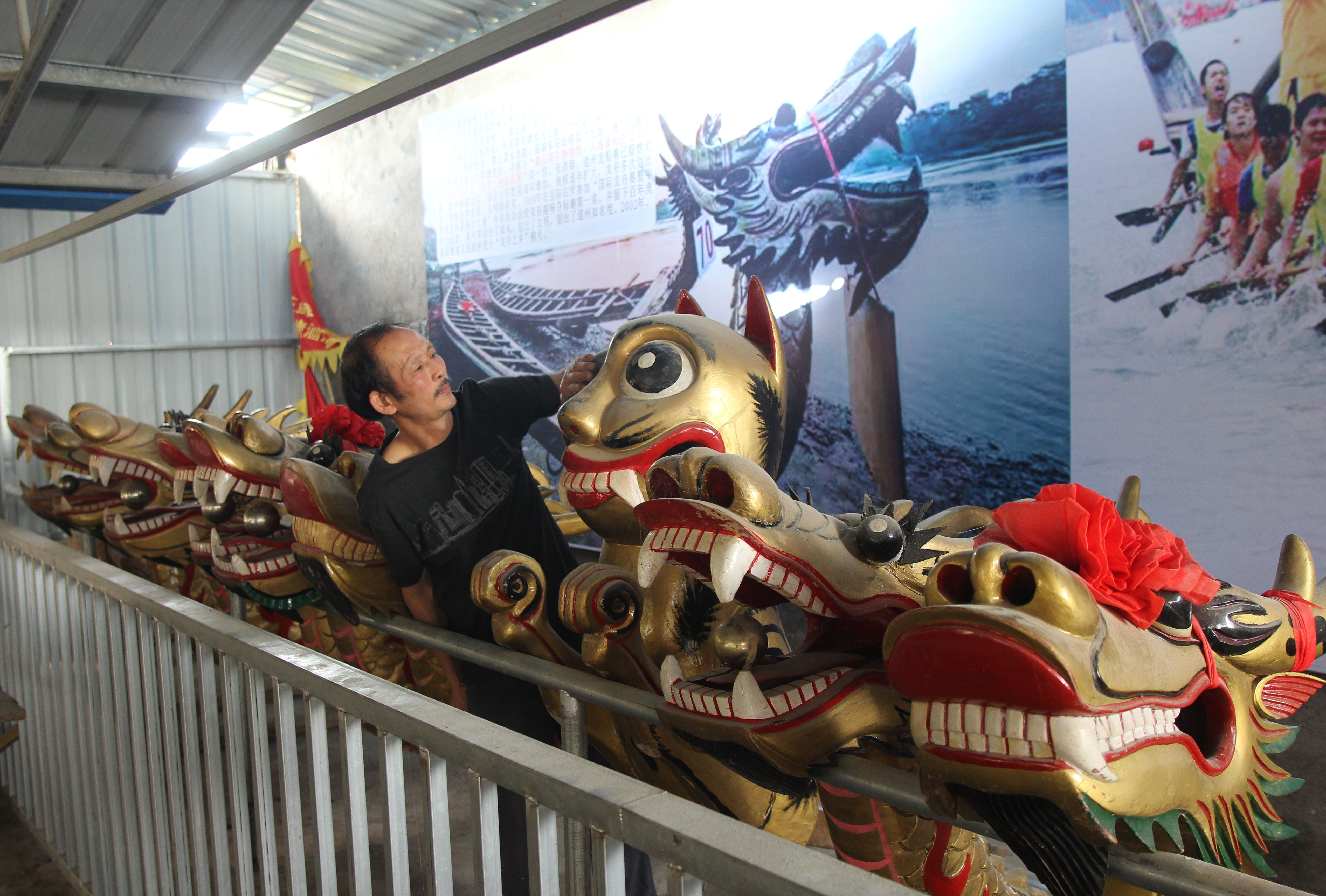 陳兵壽展示製作完成的龍舟頭
