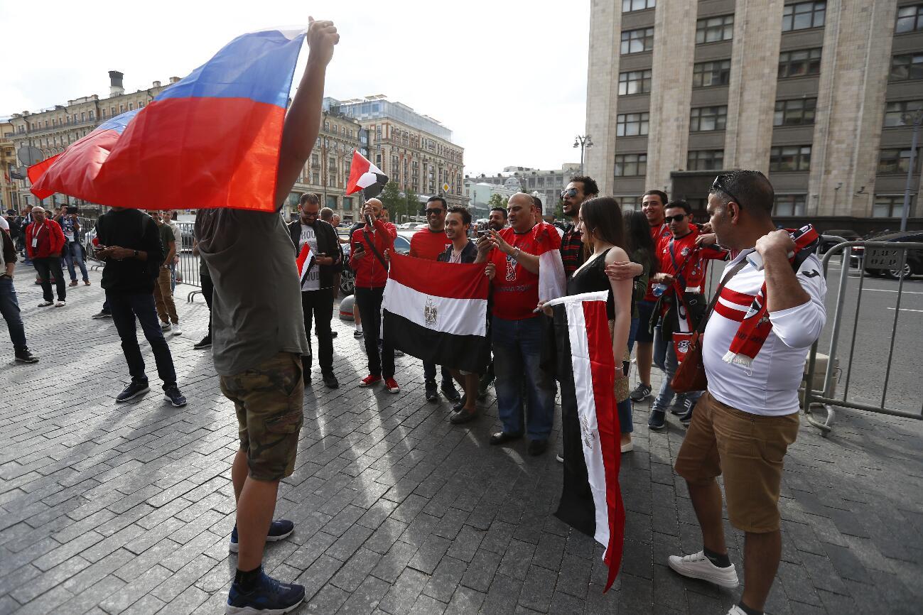 手持俄羅斯國旗和埃及國旗的球迷