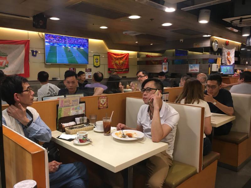 俄羅斯世界盃揭幕戰,不少市民到茶餐廳邊食邊睇直播/大公報記者謝進亨攝