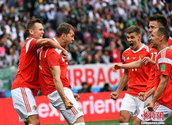 北京時間6月14日23點,俄羅斯世界盃揭幕戰在莫斯科盧日尼基體育場打響,東道主俄羅斯5:0大勝沙特阿拉伯。