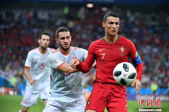 2018世界盃B組首輪上演伊比利亞半島德比,葡萄牙對陣西班牙。在這場進球如梅花間竹般的史詩級對決中,C羅上演帽子戲法,幫助葡萄牙3-3戰平西班牙。中新社