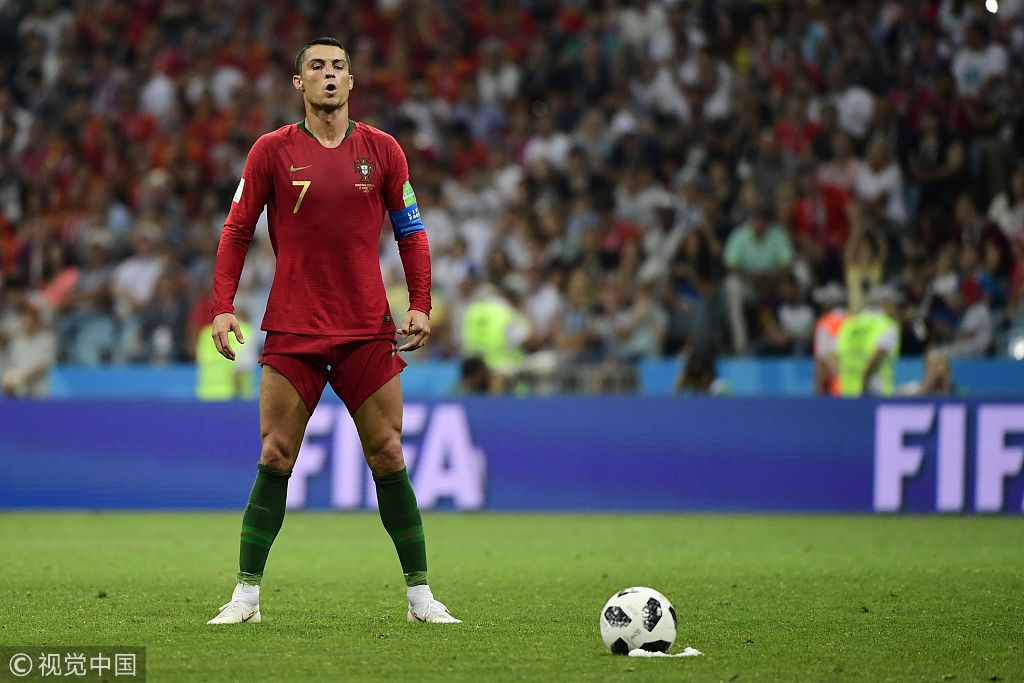北京時間6月16日凌晨,2018世界盃B組首輪上演伊比利亞半島德比,葡萄牙在索契菲什特奧林匹克體育場對陣西班牙。在本場比賽中,C羅有如天神下凡,完成了自己在世界盃上的首個帽子戲法。圖為C羅在罰入壓哨任意球之前進行姿勢調整。