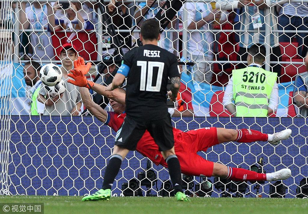 北京時間6月16日晚,2018俄羅斯世界盃D組首輪阿根廷與冰島隊的較量在莫斯科打響。梅西造點但罰失點球,最終兩隊1-1戰平。圖為冰島門將撲出梅西點球瞬間。