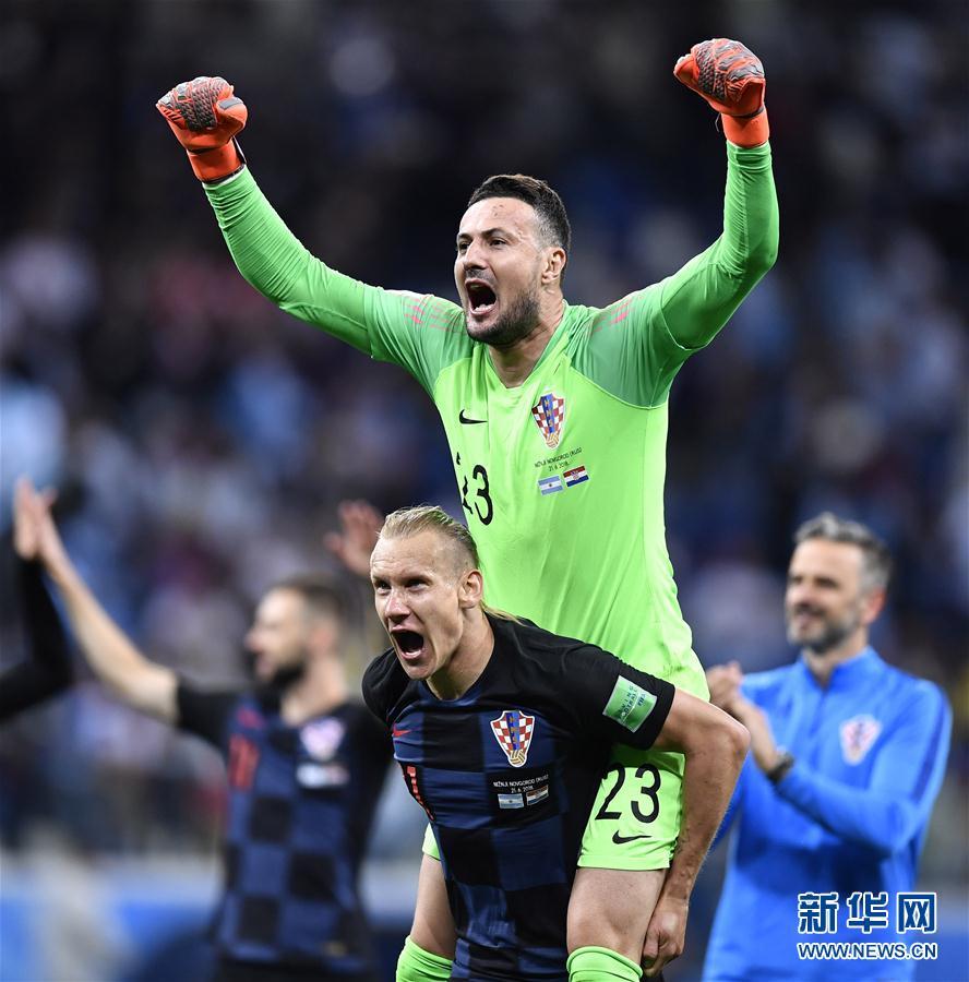 6月21日,克羅地亞隊門將蘇巴西奇(上)在比賽後慶祝勝利。當日,在下諾夫哥羅德進行的2018俄羅斯世界盃足球賽D組小組賽中,克羅地亞隊以3比0擊敗阿根廷隊。 新華社