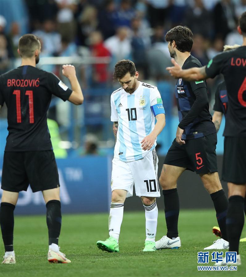6月21日,阿根廷隊球員梅西(左二)在比賽結束後離場。當日,在下諾夫哥羅德進行的2018俄羅斯世界盃足球賽D組小組賽中,克羅地亞隊以3比0擊敗阿根廷隊。 新華社