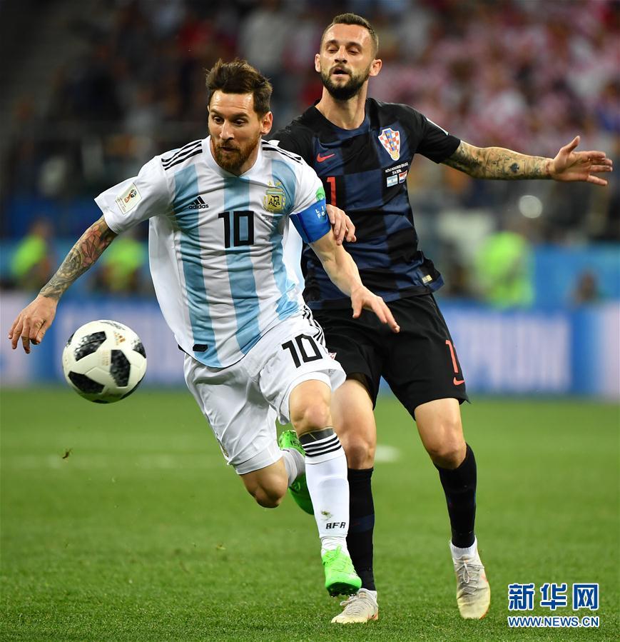 6月21日,阿根廷隊球員梅西(左)與克羅地亞隊球員布羅佐維奇拼搶。當日,在下諾夫哥羅德進行的2018俄羅斯世界盃足球賽D組小組賽中,克羅地亞隊以3比0擊敗阿根廷隊。 新華社