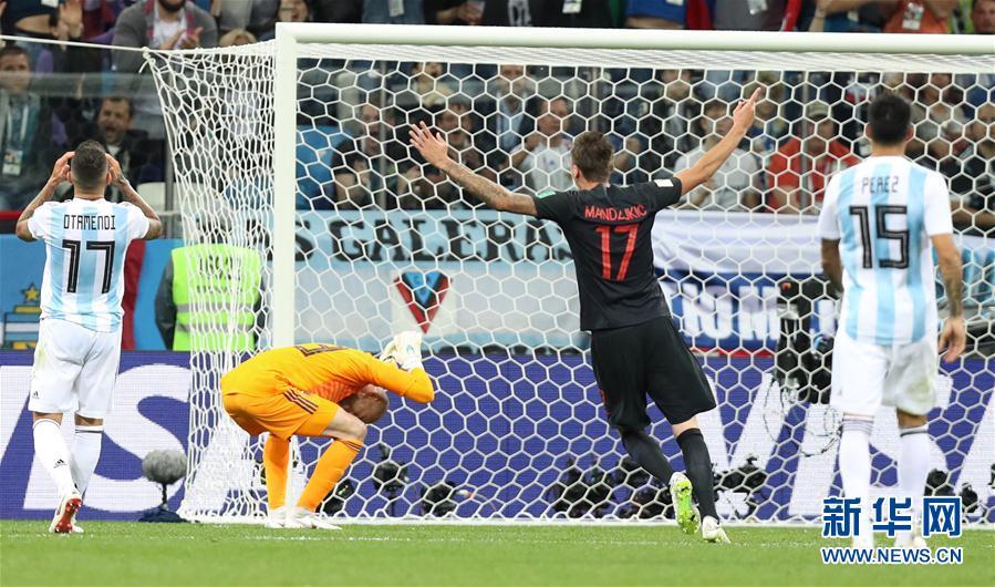 6月21日,阿根廷隊門將卡巴列羅(左二)在克羅地亞隊球員雷比奇進球後懊惱不已。當日,在下諾夫哥羅德進行的2018俄羅斯世界盃足球賽D組小組賽中,克羅地亞隊以3比0擊敗阿根廷隊。 新華社