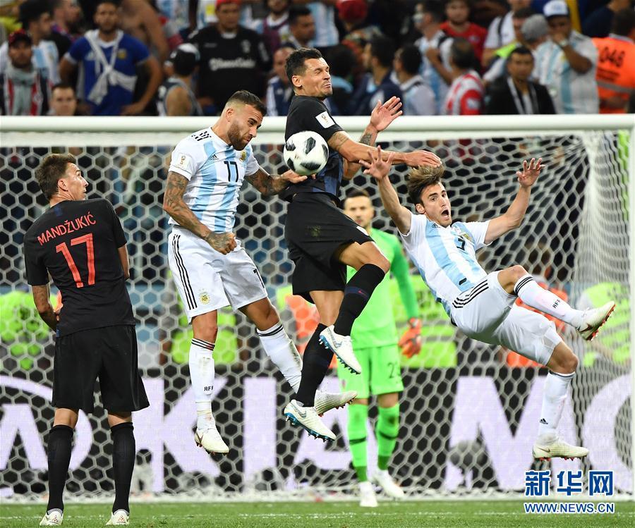 6月21日,阿根廷隊球員奧塔門迪(左二)在比賽中拼搶。當日,在下諾夫哥羅德進行的2018俄羅斯世界盃足球賽D組小組賽中,克羅地亞隊以3比0擊敗阿根廷隊。 新華社