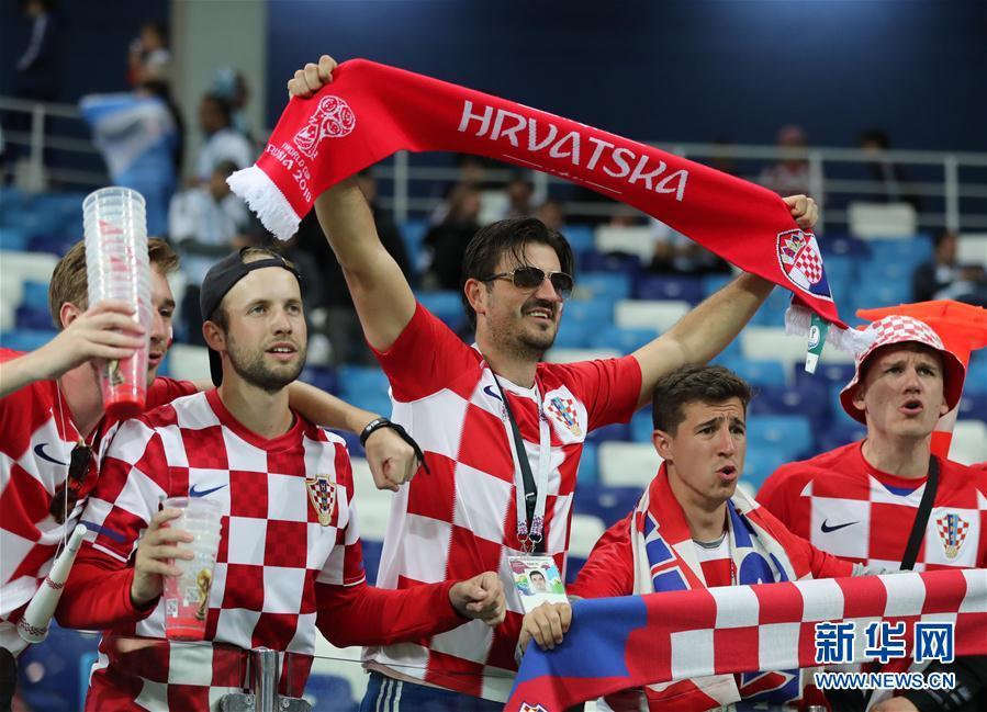 6月21日,克羅地亞隊球迷在比賽後慶祝勝利。當日,在下諾夫哥羅德進行的2018俄羅斯世界盃足球賽D組小組賽中,克羅地亞隊以3比0擊敗阿根廷隊。 新華社