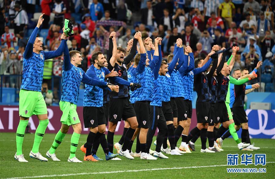 6月21日,克羅地亞隊球員在比賽後慶祝勝利。當日,在下諾夫哥羅德進行的2018俄羅斯世界盃足球賽D組小組賽中,克羅地亞隊以3比0擊敗阿根廷隊。 新華社