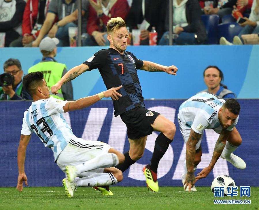 6月21日,克羅地亞隊球員拉基蒂奇(中)在比賽中帶球突破。當日,在下諾夫哥羅德進行的2018俄羅斯世界盃足球賽D組小組賽中,克羅地亞隊以3比0擊敗阿根廷隊。 新華社
