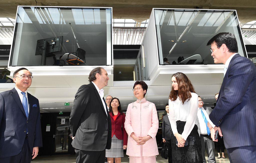 林鄭月娥在巴黎與法國總理會面。圖為林鄭月娥(右三)到初創企業孵化器StationF參觀。(資料圖片政府新聞處)