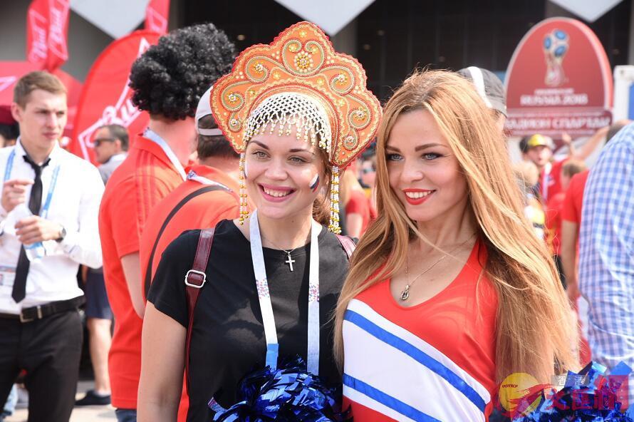 突尼斯女球迷與俄羅斯啦啦隊合照(大文集團特派記者 何嘉軒 攝)
