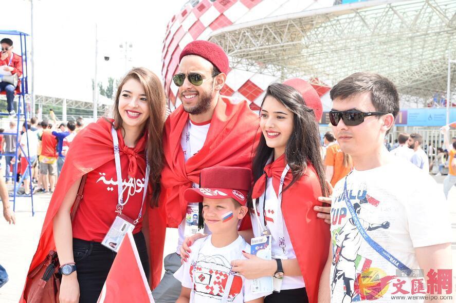 有兩名突尼斯女球迷(右二、左一)入場前不斷「集郵」(大文集團特派記者 何嘉軒 攝)
