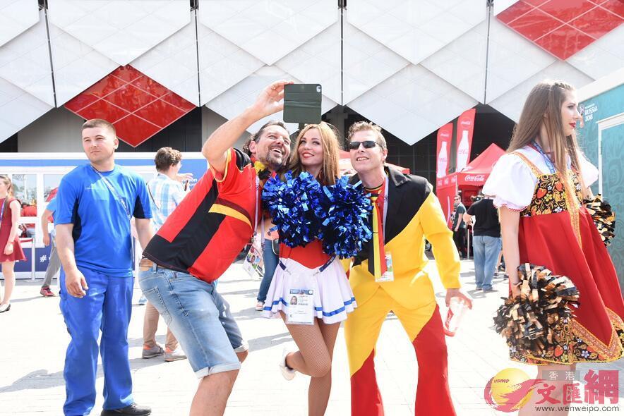 比利時球迷與俄羅斯啦啦隊合照(大文集團特派記者 何嘉軒 攝)