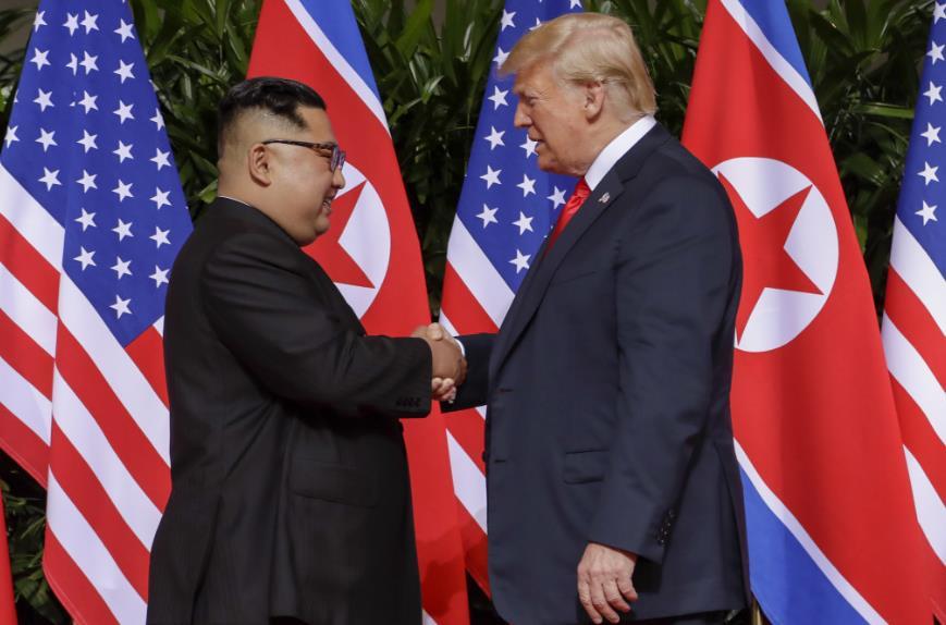 特朗普(右)與金正恩(左)12日在新加坡舉行峰會(美聯社)