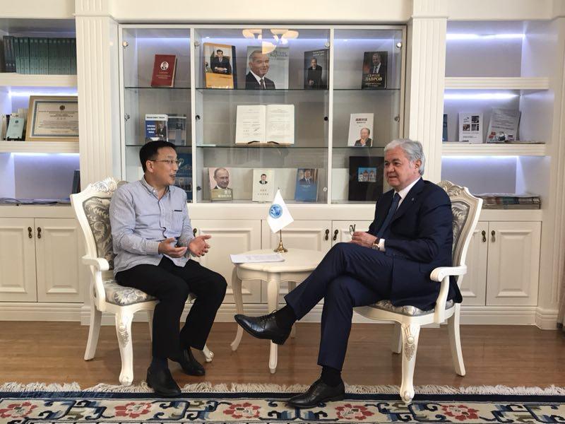 記者在北京上海合作組織秘書處採訪阿利莫夫秘書長。