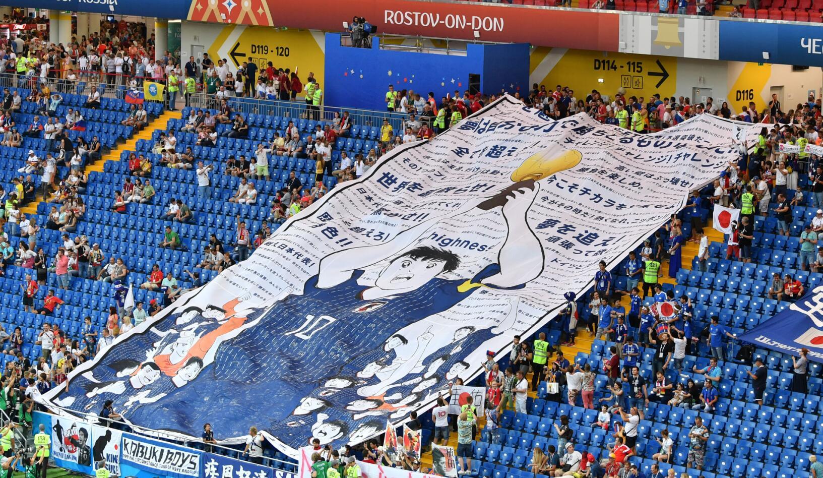 7月2日,日本隊球迷在比賽前打出日本漫畫《足球小將》的大幅海報。新華社