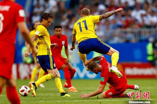北京時間7月7日晚22:00,俄羅斯世界盃結束第三場1/4決賽的較量,憑藉著馬奎爾和阿里在上下半場的頭球建功,英格蘭隊以2:0戰勝瑞典隊,在下半區率先晉級半決賽。中新社