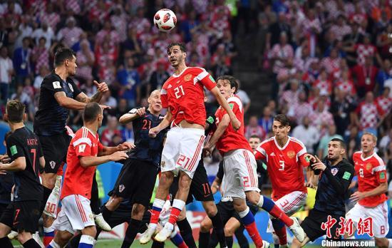 北京時間7月8日凌晨2:00,俄羅斯世界盃最後一場1/4決賽在索契上演,俄羅斯和克羅地亞120分鐘內戰成2:2平,點球大戰中,克羅地亞隊5罰4中,俄羅斯隊5罰3中,最終克羅地亞總比分6:5戰勝俄羅斯,殺進四強,半決賽中他們將對陣英格蘭隊。 中新社記者