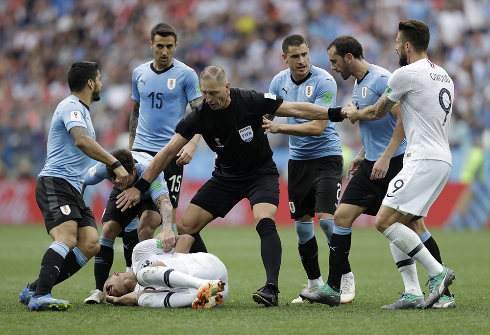 麥巴比有意拖延時間的「碌地」幾乎引起烏拉圭與法國隊的火併。法新社