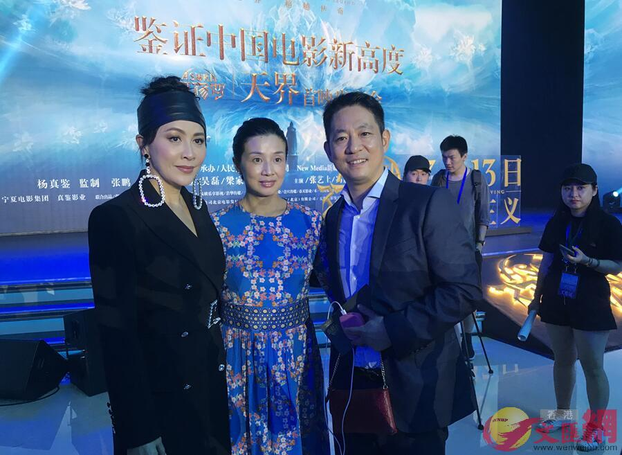 影后劉嘉玲(左一)與導演張鵬(右一)接受本網訪問(凱雷 攝)