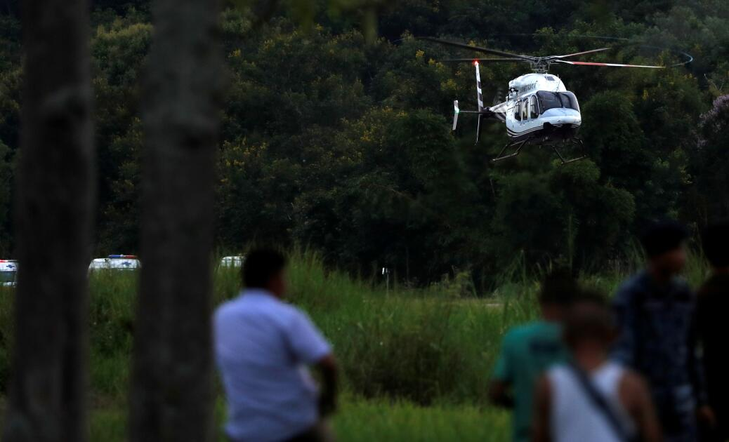 直升機運送被救出的受困者前往醫院(路透社)