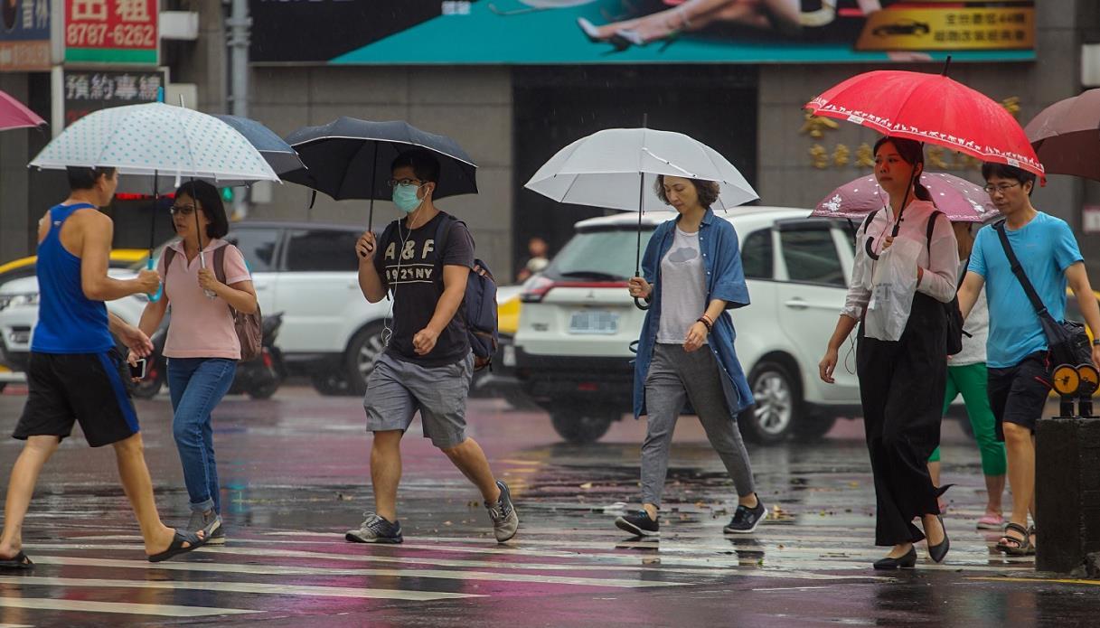今年第8號颱風「瑪莉亞」暴風圈快閃過北台灣,台北市上午雨勢趨緩,民眾正常上班上課(台灣「中央社」)