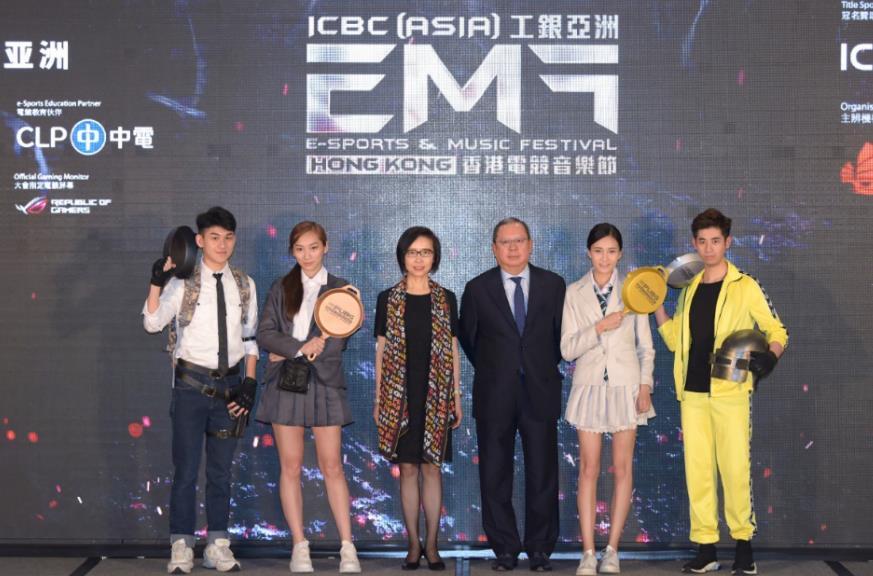 香港旅遊發展局主席林建岳(右三)、中國工商銀行(亞洲)有限公司主席兼執行董事高明(左三)與電玩遊戲《絕地求生》的角色扮演者合影。