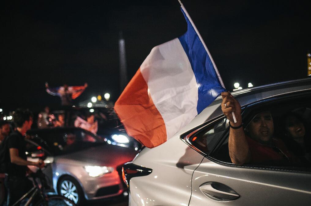 法國球迷在巴黎街頭徹夜狂歡(法新社)