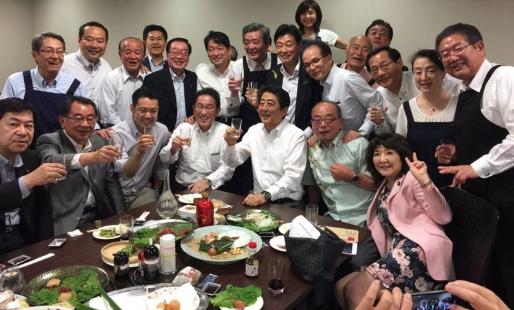 安倍晉三與執政自民黨骨幹把酒談歡(西村Twitter圖)