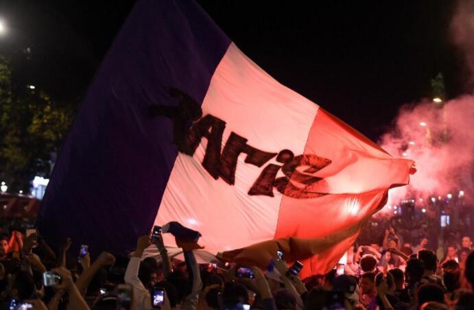 法國球迷在巴黎街頭燃放煙花慶祝(法新社)