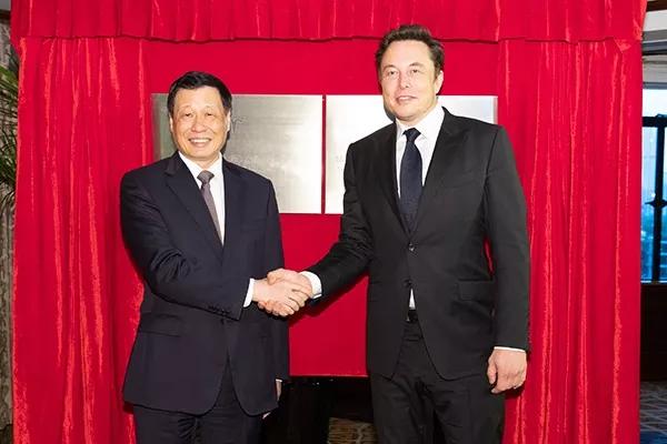 應勇(左)與馬斯克握手