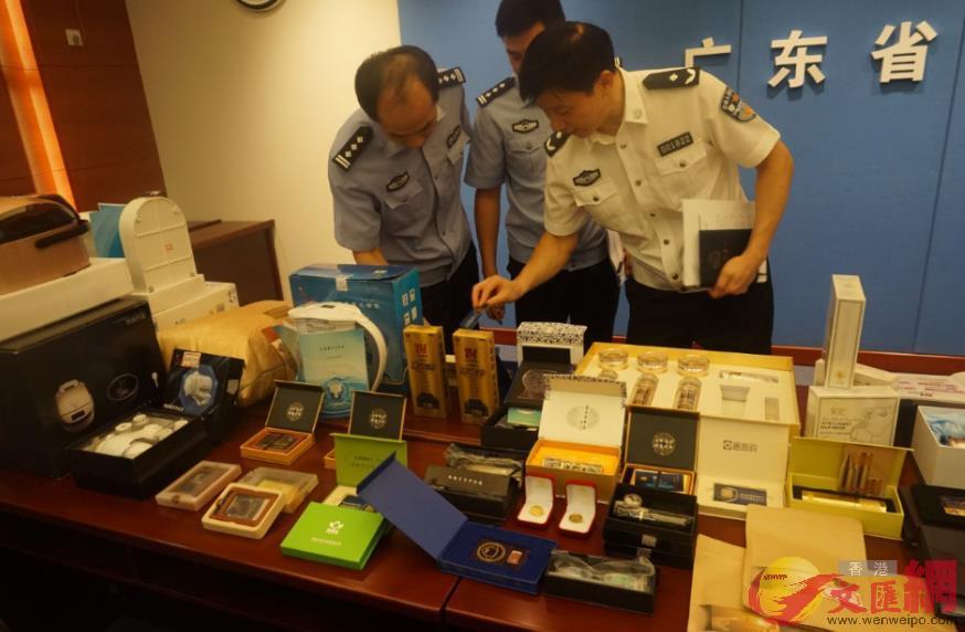 警方繳獲各類名目繁多的傳銷產品 。(敖敏輝 攝)