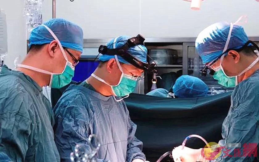 醫護團隊在為患者進行脊神經損傷治療手術。(本報陝西傳真)