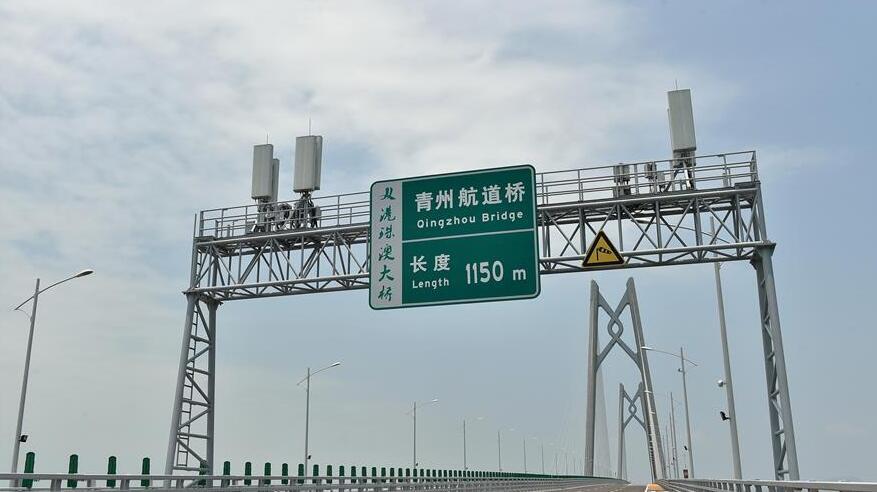 設置在港珠澳大橋龍門架上的高增益天線。
