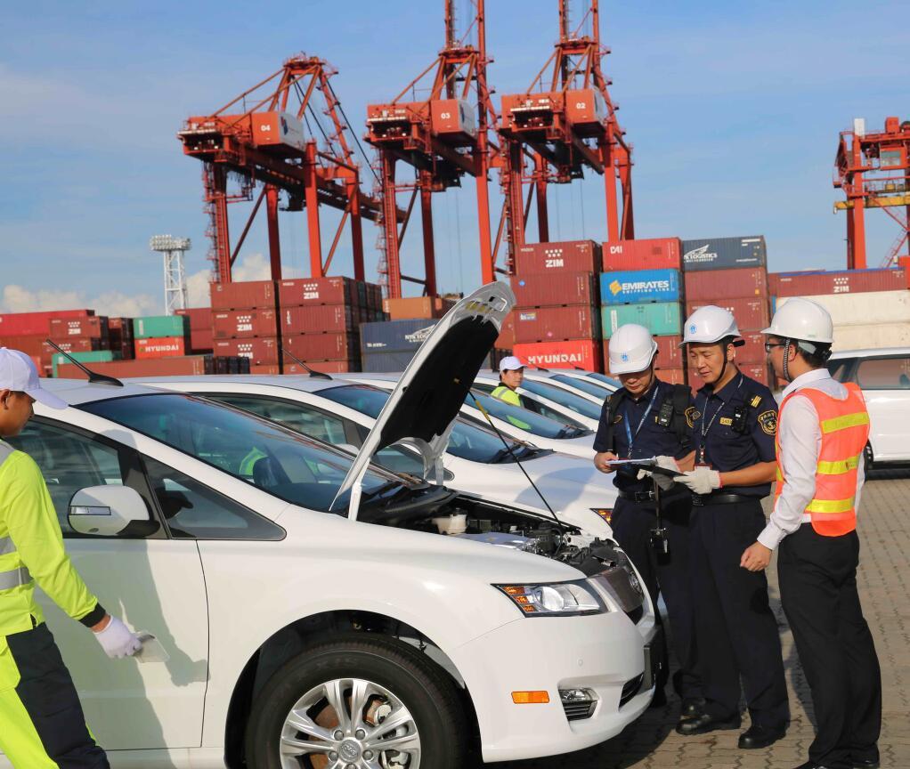 車輛登船前,深圳大鏟海事局執法人員對車輛進行核查。