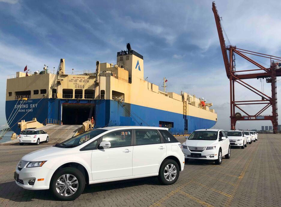 在大鏟海事部門的保障下,100輛新能源汽車有序登船。