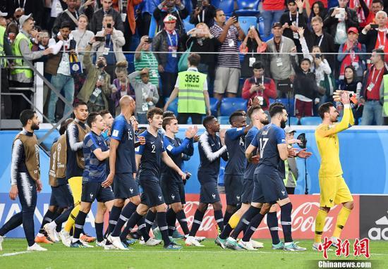 法國隊慶祝勝利。中新社