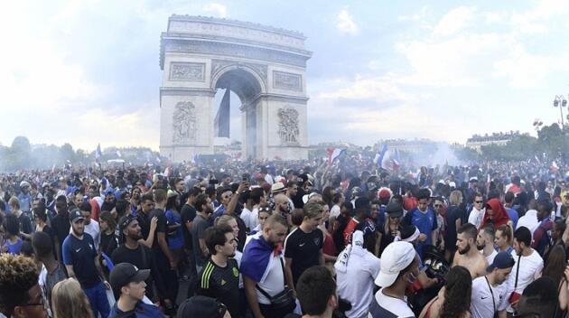 巴黎凱旋門前狂歡的球迷(法新社)